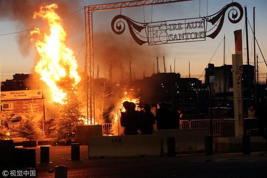 抗议者任意纵火(图源:视觉中国)