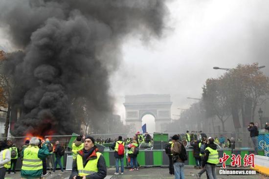 11月24日,巴黎香榭丽舍大街遭遇大规模示威活动。数以千计示威者聚集在街上,设置了不少路障,街道交通完全陷入瘫痪。中新社记者 李洋 摄
