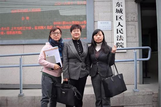 ▶王骁和律师在法院门前