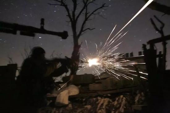 2017年3月31日,在乌克兰东部顿涅茨克州的阿夫季夫卡,乌克兰士兵在夜幕中开枪。新华社/法新