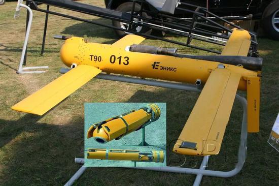 """▲俄军""""龙卷风"""":远火配备的9M534火箭弹抛掷式(喷气推进)无人机,幼图为无人机折叠状态。"""