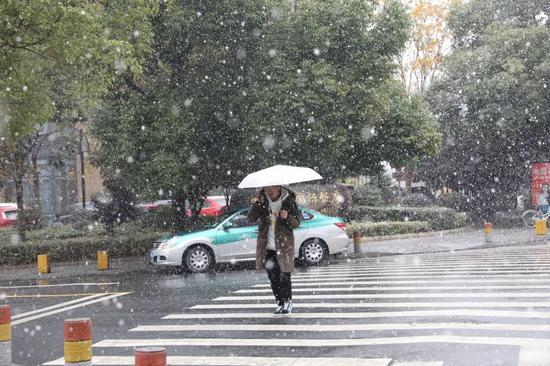 △8日,杭州迎来大周围降雪。(图自视觉中国)