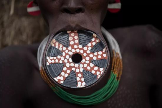 一位穆尔西族妇女的唇盘