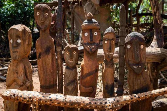 用于祝贺物化去的领袖或铁汉的木质图腾