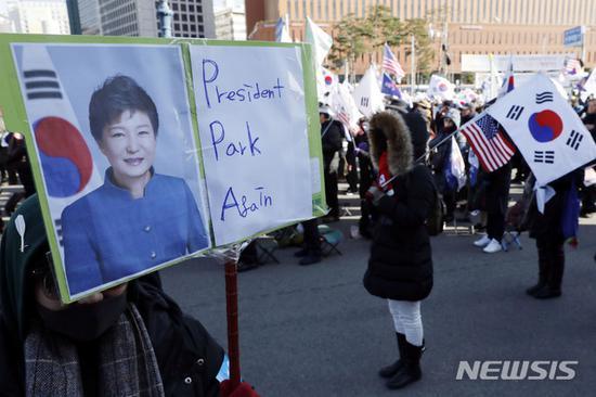12月8日,朴槿惠声援者在首尔举走示威集会。(纽西斯通讯社)