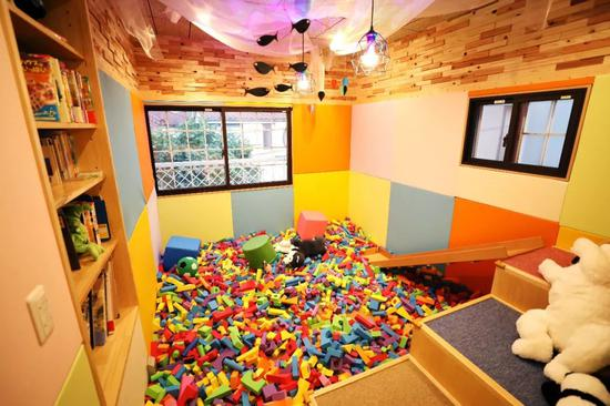 日本一家电视台近期始小节现在帮早霞儿童食堂装修了片面房间,二楼的玩具房就是其中之一。