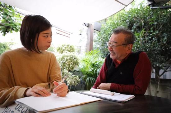 在朝霞儿童食堂院内,山田向芦川介绍情况。