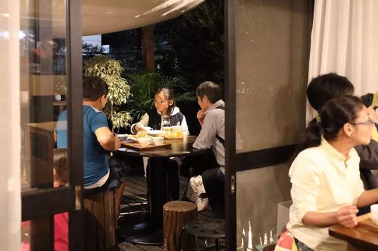 人们在朝霞儿童食堂吃晚餐。