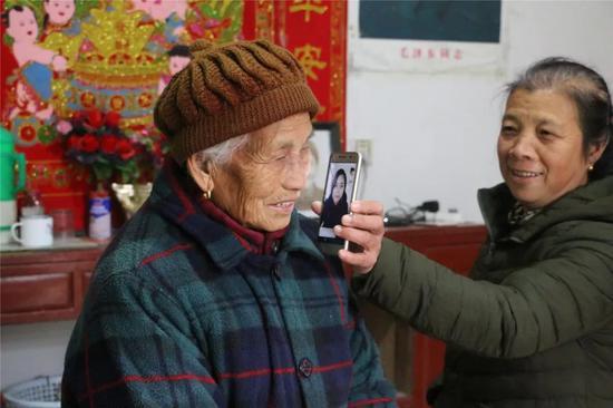 老人和晚辈视频通话