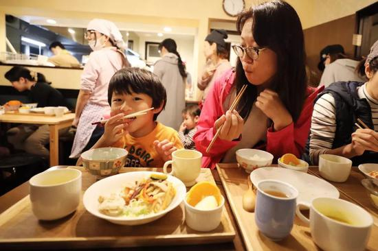 内田圭祐小好友和妈妈在朝霞儿童食堂吃晚餐。