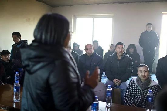 """付广荣在给重刑刑释人员做""""思维哺育""""宣讲。""""付妈妈""""的殡葬项现在在重刑刑释人员中传开,全国各地都有人前来投奔,也有一些自愿者(右下一)参与到项现在中。"""