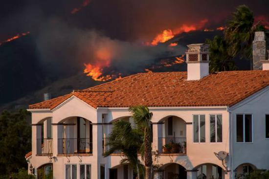 伍尔西大火(Woolsey Fire)蔓延至洛杉矶富人区