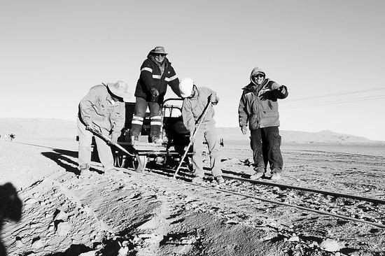 图片表明: 图片表明:图为在贝尔格拉诺货运铁路上施工的阿根廷工人。 白云怡摄