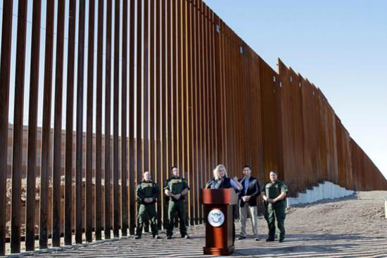"""特朗普夸""""边境墙"""":有艺术设计 能透视(图)"""