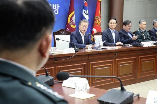 20日,文在寅听取韩国国防部2019年度工作计划。(韩联社)