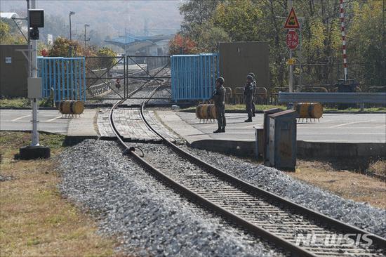 10月25日,韩国军人在非军事区内的铁路边执勤(纽西斯通讯社)