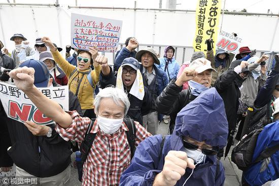 日本冲绳县市民试图阻截美军基地填海造陆工程(视觉中国)