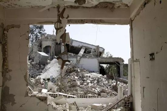 ▲原料图片:在叙利亚大马士革东郊杜马镇,大片修建在此前的冲突中坍塌。 新华社发