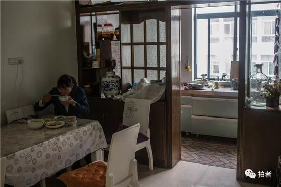 △2018年12月19日,禄劝一中,沈思妤的妈妈在家中备益了午饭。