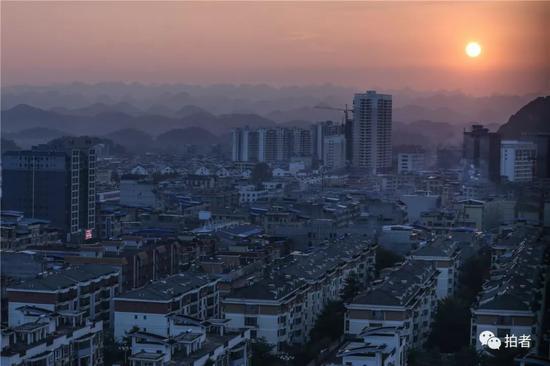 △2018年12月16日,广西百色平果县,斜阳西下,幼镇遥远的群山清亮可见。广西理科状元曾楷徽正是从这个幼镇考进北京。