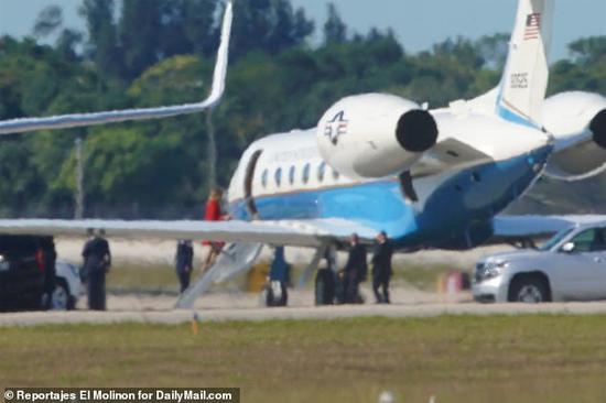 美第一夫人梅拉尼娅登机飞回白宫。(图源:《每日邮报》)