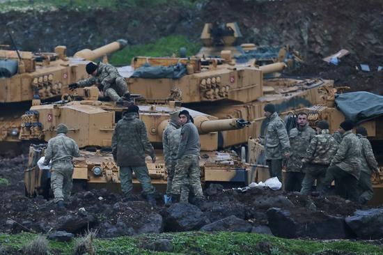 土耳其士兵准备投入战斗,对叙利亚北部库尔德人限制的地区发动军事袭击。(美联社)