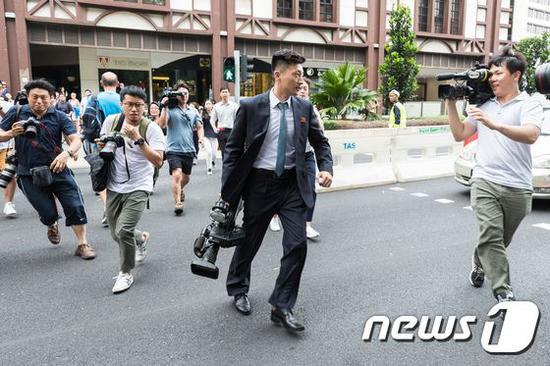 △朝鲜记者成为全球各国记者追逐的现在标(图片来自韩国媒体)