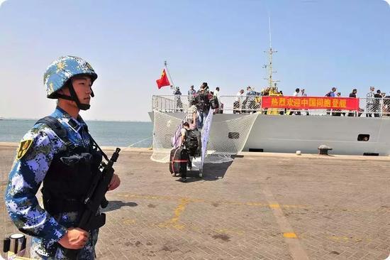 中国海军护航编队护卫舰临沂舰停泊也门港口亚丁,撤离中国公民。