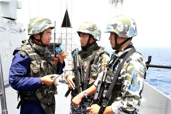 中国海军首次赴亚丁湾索马里海域护航走动中,中心人民广播电台记者孙利随舰采访特战队员
