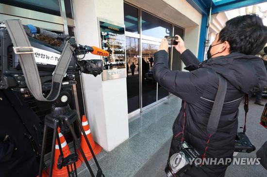 韩国记者在青瓦台特別监察班办公室表拍照(韩联社)