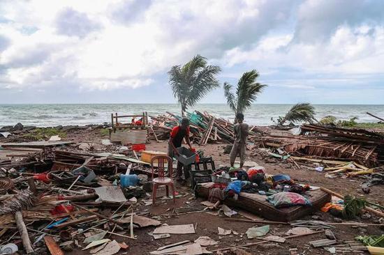12月24日,受灾民多在印尼万丹省海啸灾区进走清算做事。(新华社记者张可任摄)