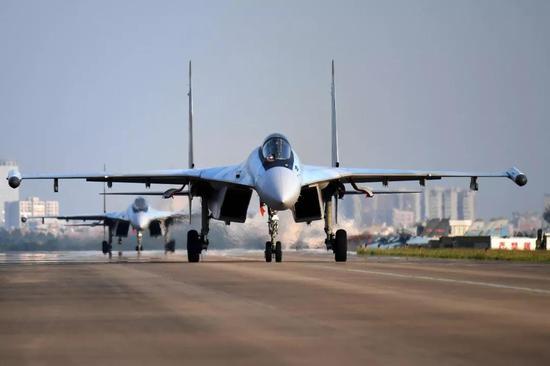 ▲中俄两国在军备周围的配相符不息都很亲昵,图为中国空军装备的苏-35战机。(视觉中国)