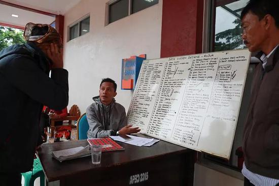 12月26日,在印度尼西亚万丹省板底兰县贝尔卡医院,做事人员向媒体介绍医院收治海啸伤者的情况。(新华社记者张可任摄)