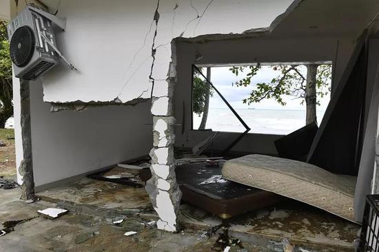 这是12月23日在印度尼西亚万丹省卡里塔拍摄的断壁残垣。(新华社发 韦宁摄)
