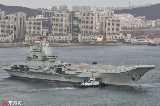 驶离船厂的国产航母,可见甲板上的歼-15舰载机模型