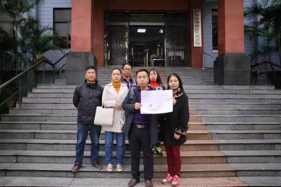 ▲宣判后,被拐儿童家属在法院门口相符影。南方日报记者张迪供图