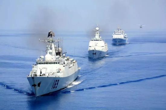 图为武汉舰、海口舰及微山湖舰