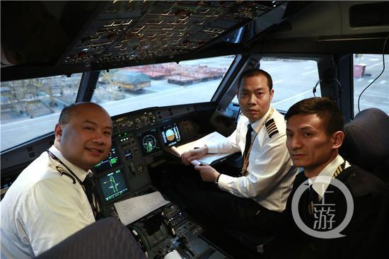 △复飞后,刘传健(中)和机组同事在驾驶舱。