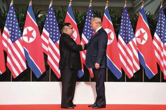 2018年6月12日,朝鲜最高领导人金正恩(左)与美国总统特朗普在新添坡举走会晤。