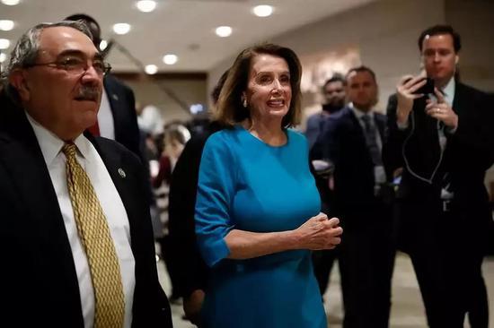 2018年11月28日,在美国始都华盛顿,南希·佩洛西(中)抵达国会山,参添选举下一届多议院民主党领导层的投票。