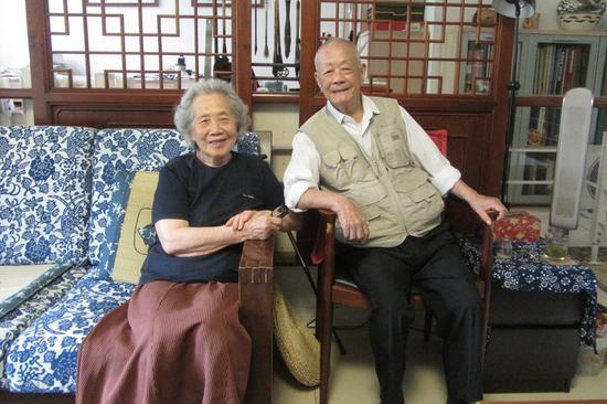 图为2013年7月19日,周令钊和夫人陈若菊在北京家中。张晶 摄