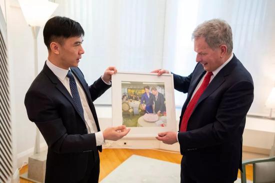 2019年1月11日,尼尼斯托总统向记者介绍留影内容。 新华社 发