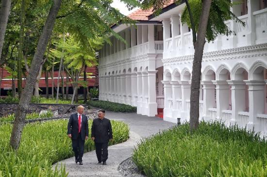 2018年6月12日,朝鲜最高领导人金正恩(右)与美国总统特朗普在新加坡举行会晤。(新华社发)