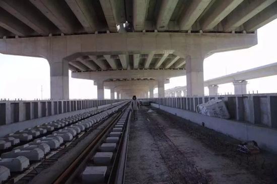 新机场高速与轨道交通新机场线共构,这是其中轨道层。新京报记者 王贵彬 摄