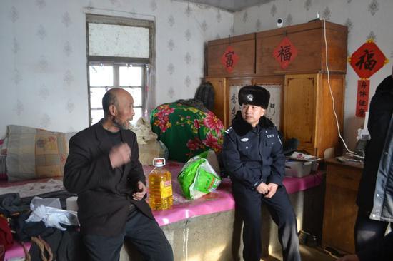 长白山池西边境派出所民警在除夕当天走访慰问辖区群众。