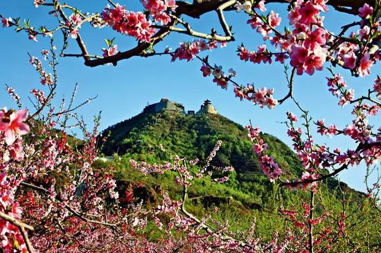 平谷丫髻山春景。丫鬟山庙会是中国北方地区四大庙会之一。庙会是中国民间广为流传的一种传统民俗活动,一般在农历新年、元宵节、二月二龙抬头等节日举行。