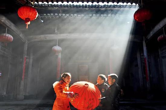 灯笼为中国人的传统节日营造喜庆的氛围。图为浙江省临安市岛石镇杨家村,小朋友准备红灯笼,迎接新年到来。