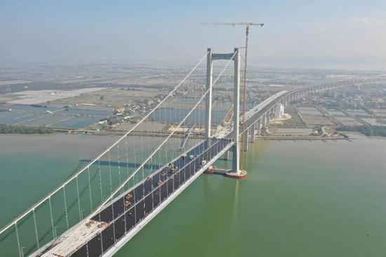 2019年1月30日,粤港澳大湾区又一重要过江通道虎门二桥项目的两座主桥钢桥面环氧沥青铺装工程完成,预计今年5月1日前通车。(图/视觉中国)