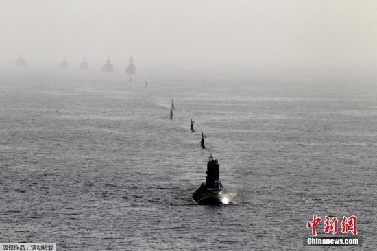 """伊朗霍尔木兹海峡军演""""秀肌肉""""潜射巡航导弹"""