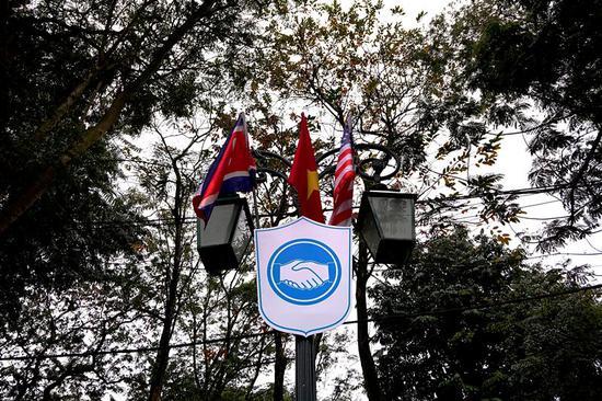 2月23日,在越南河内,路灯上悬挂朝鲜、越南和美国国旗。新华社记者林昊摄